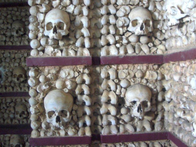 9. Часовня в Седлеце, Чехия, полностью отделанная человеческими черепами и костями. На оформление часовни ушло около 40 000 человеческих скелетов. Костехранилище расположено посреди кладбища. Жуткие фото, жутко, интересно, исторические фото, история, необъяснимое, редкие фото, фото