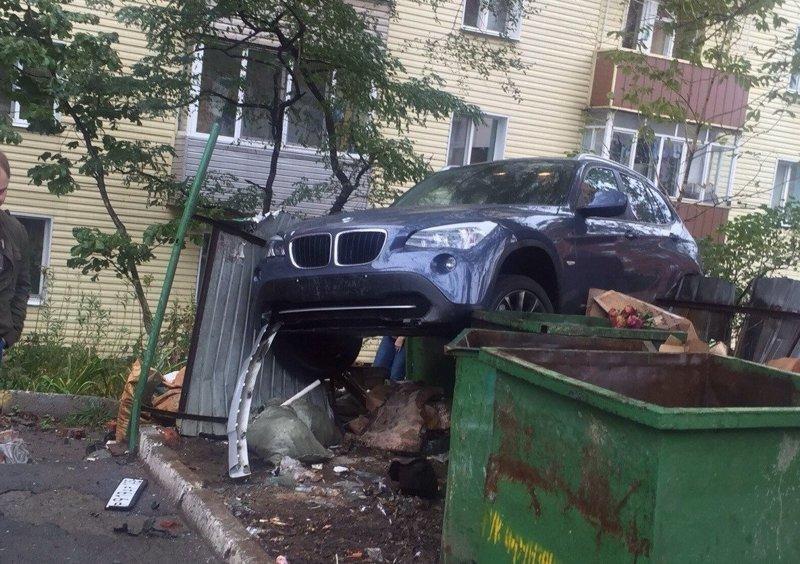 4. Во Владивостоке на свалку отправилась иномарка мусорка, помойка, помойное ведро, россия, свалка, фото