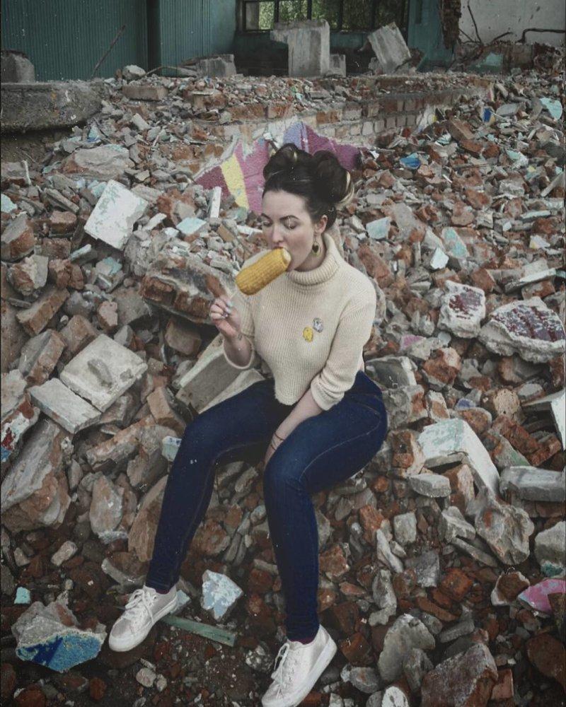 11. Где же еще гулять девушкам? мусорка, помойка, помойное ведро, россия, свалка, фото
