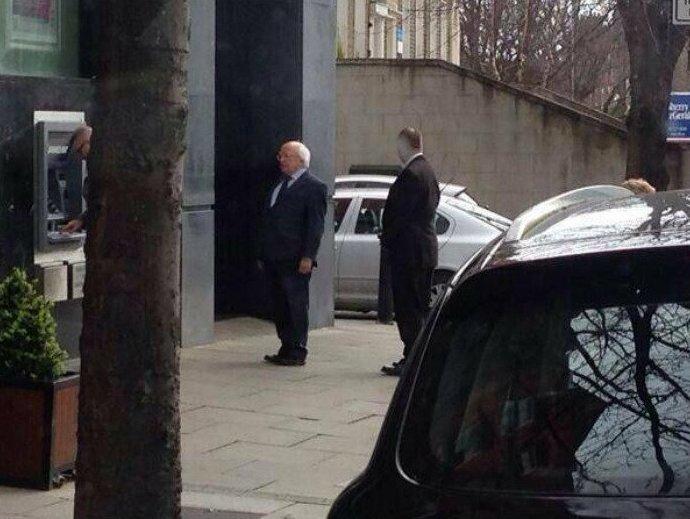 """4. """"Мистер Хиггинс просто ждет свой очереди у банкомата"""" в мире, интересные люди, ирландия, народная любовь, политика, политики, президент, фото"""