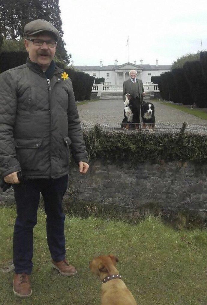 """1. """"Когда в кадр случайно попал президент со своими собачками"""" в мире, интересные люди, ирландия, народная любовь, политика, политики, президент, фото"""