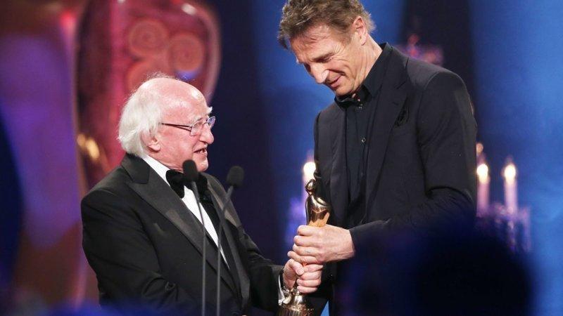 """12. Президент вручает награду Лиаму Нисону за """"выдающиеся навыки и талант"""" на одной из церемоний в мире, интересные люди, ирландия, народная любовь, политика, политики, президент, фото"""