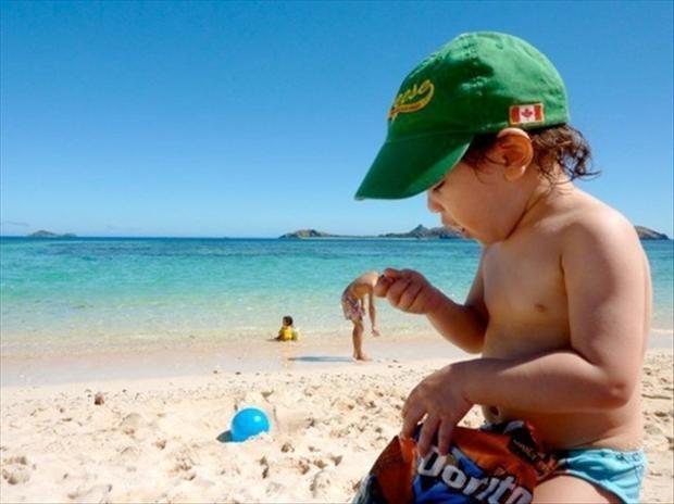 3. Не самый дружелюбный ребенок пришел на этот пляж. Веселые, лето, отдых, пляж, удачный кадр, фото