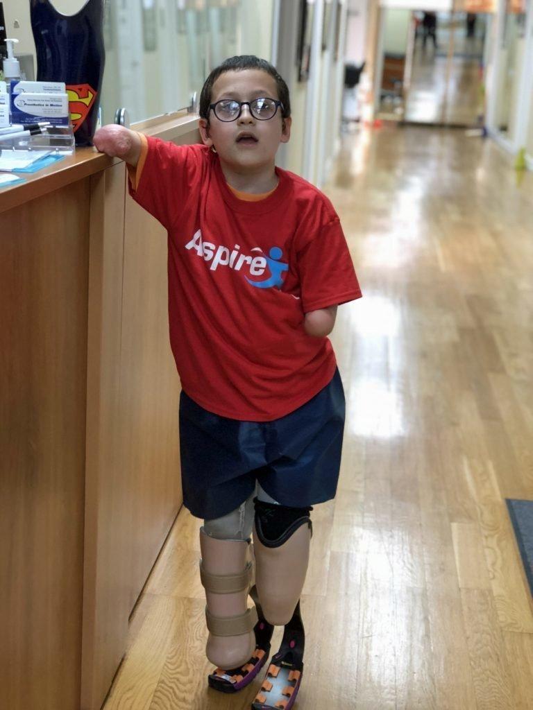 Мгновения счастья: девятилетний мальчик впервые бежит на собственных ногах Моше Сасонкин, жизнь на протезах, медицина, менингит, нью-йорк, пациент, первые шаги, трогательно