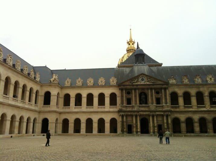 Старинное парижское здание, наконец, получило то, чего давно заслуживало блеск и уют, вдохновляюще, дом, домашние заботы, уборка, хозяйство, чистота в доме, чистые картинки