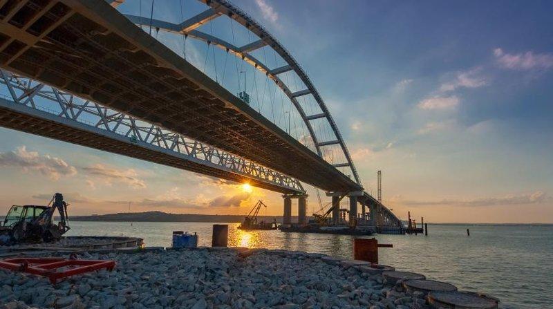 Бархатный путь: на Крымском мосту уложили первые бесшумные рельсы Керчь, Крым - Россия, Крымский мост