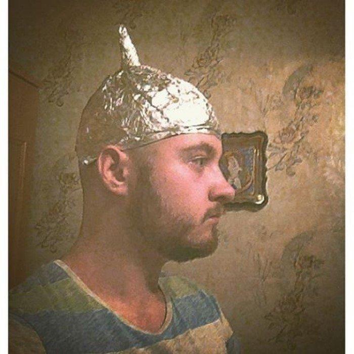 Но к счастью от этого есть средства! Например, шапочка из фольги камеры, мания, паранойя, следят, слежка, фото, юмор