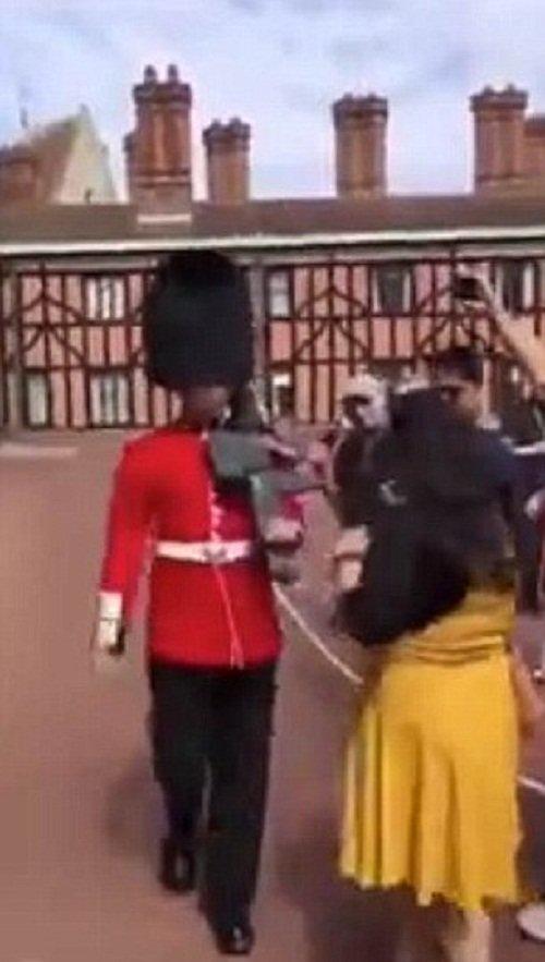 Как королевский гвардеец в Виндзоре туристку обидел Виндзорский замок, великобритания, дорогу гвардии, королевские гвардейцы, обидели туристку, ох рано встает охрана, охрана королевы, с гвардией не шути