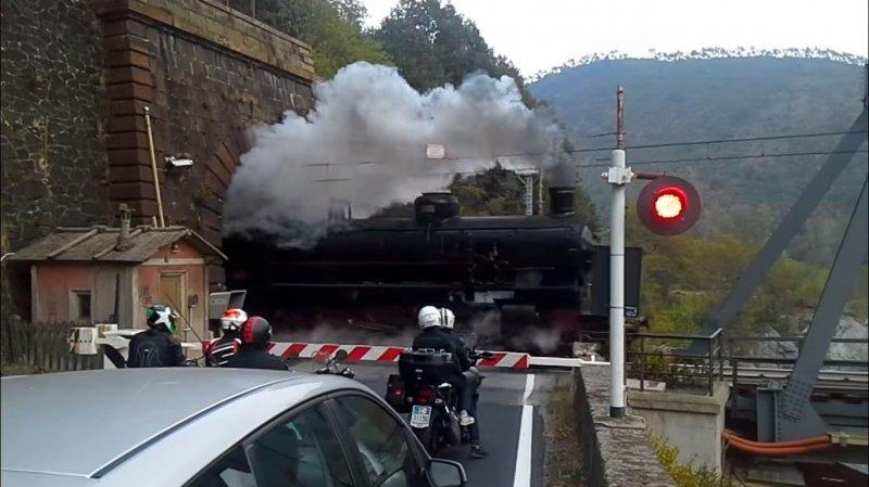 Старый паровоз выезжает из тоннеля в Италии видео, дым, жд переезд, железная дорога, паровоз, прикол, смог, тоннель