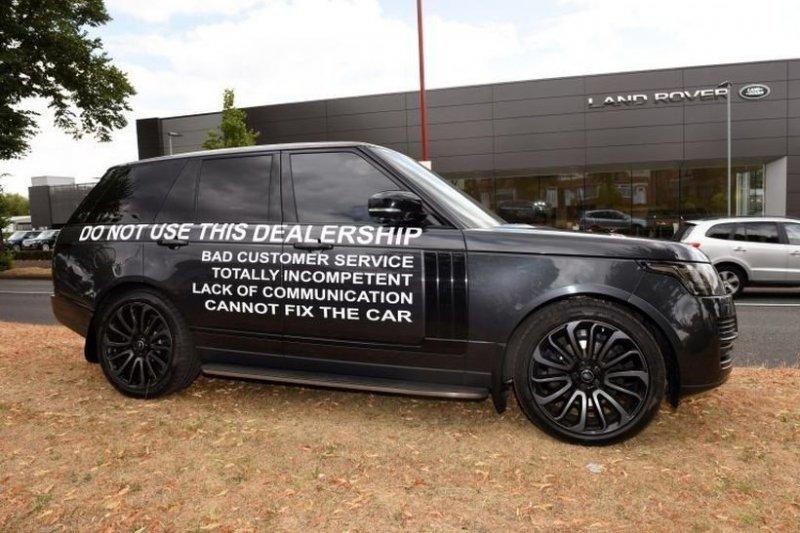 """Владелец Range Rover, недовольный качеством обслуживания, устроил """"акцию"""" возле автосалона land rover, range rover, авто, автомобили, автосалон, внедорожник, качество, поломка"""