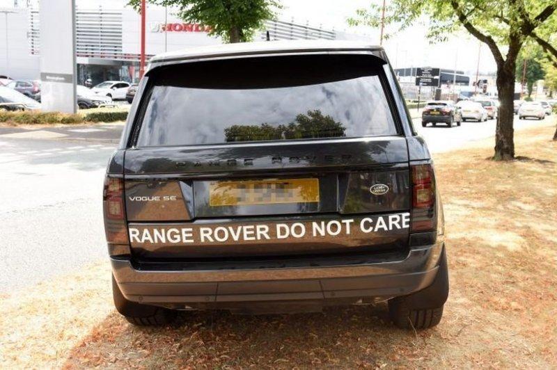Тогда недовольный автовладелец припарковал свой сломанный Range Rover возле дилерского центра, украсив кузов автомобиля надписями об ужасном сервисе центра и свинском отношении к клиентам. land rover, range rover, авто, автомобили, автосалон, внедорожник, качество, поломка