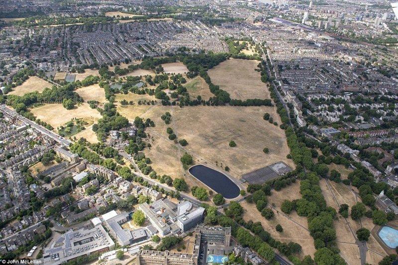 Городской парк Клапхэм Коммон в южном Лондоне англия, аномальная жара, аэрофотосъемка, великобритания, засуха, лондон, раньше и сейчас, сравнение