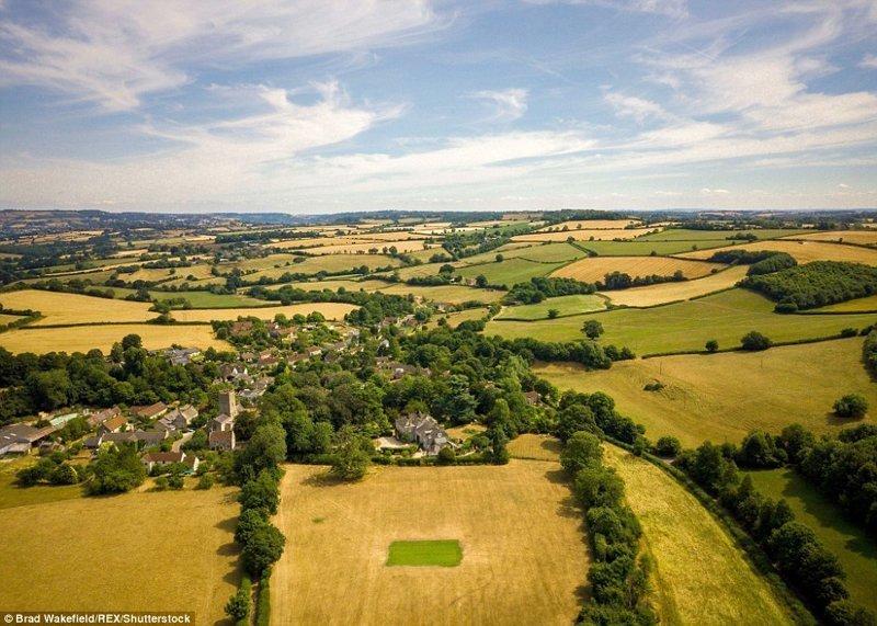 Крикетная площадка, Пристон Виллидж, графство Сомерсет англия, аномальная жара, аэрофотосъемка, великобритания, засуха, лондон, раньше и сейчас, сравнение