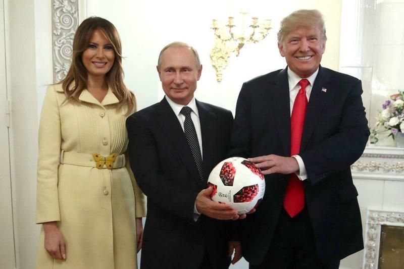 """Футбольный мяч Путин вручил Трампу на совместной пресс-конференции в Хельсинки 16 июля. """"Теперь мяч на вашей стороне"""", - многозначительно сказал Путин, передавая подарок. ynews, Трамп, микрочип, новости, политика, путин, сша, футбольный мяч"""