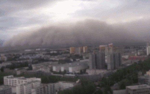 Порывы ветра достигали 20,7 м/с, видимость в некоторых районах упала до 100 метров ynews, апокалипсис, видео, вот это да!, зрелище, китай, песчаная буря, природный катаклизм