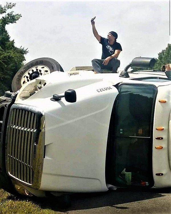 Чем заняться во время аварии? Можно и селфи сделать! грузовик, грузовики, камаз, прикол, тягач, юмор