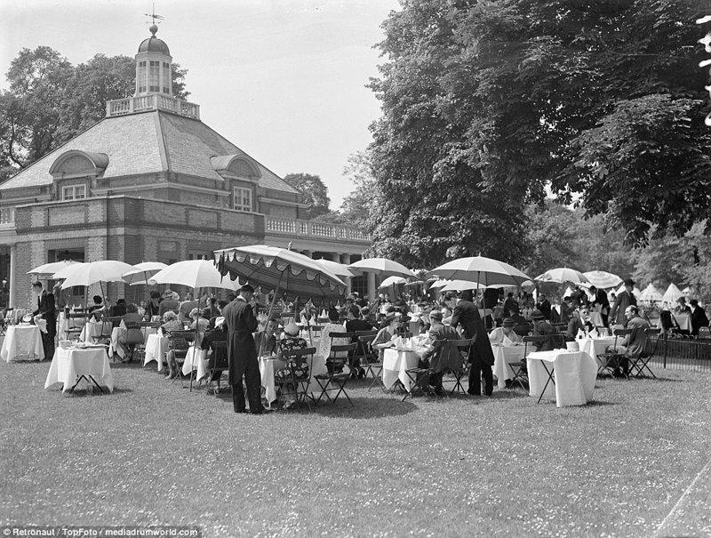 Переполненные чайные сады Гайд-парка в жаркое лето 1937 года великобритания, винтаж, история, лондон, люди, ретро, ретро фото, старые фотографии