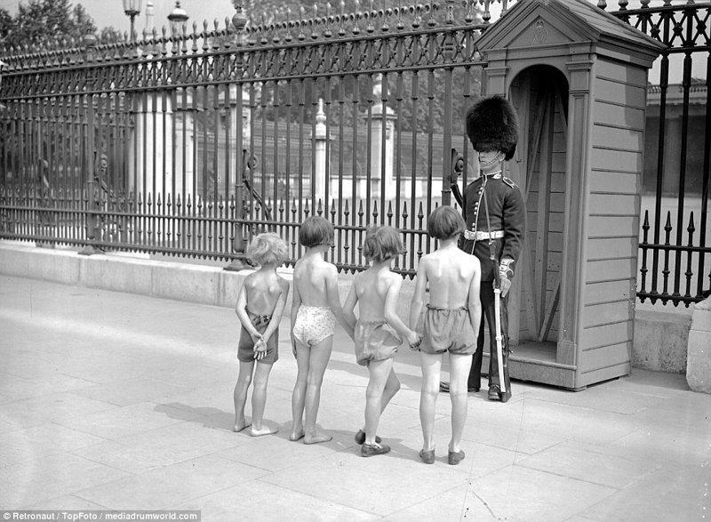 Дети у Букингемского дворца, 7 августа 1937 великобритания, винтаж, история, лондон, люди, ретро, ретро фото, старые фотографии