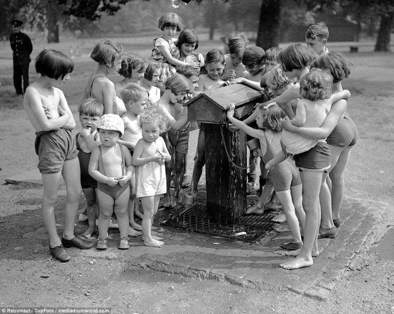 Фонтанчики - веселое и эффективное средство от жары великобритания, винтаж, история, лондон, люди, ретро, ретро фото, старые фотографии