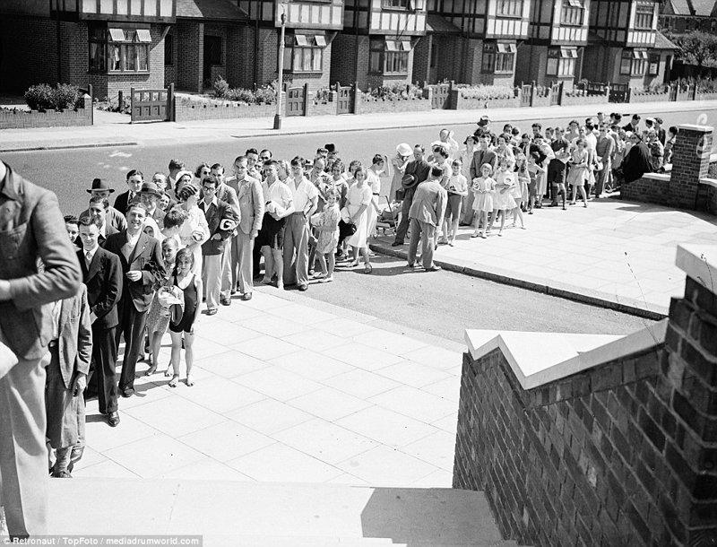 Британцы стоят в огромной очереди в открытый бассейн Wood Green великобритания, винтаж, история, лондон, люди, ретро, ретро фото, старые фотографии