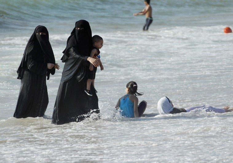 9. Во Франции полицейские заставили мусульманку снять закрытый костюм и оплатить штраф за купание в религиозном костюме на пляже отдых, отпуск, русские туристы, туристы, фото