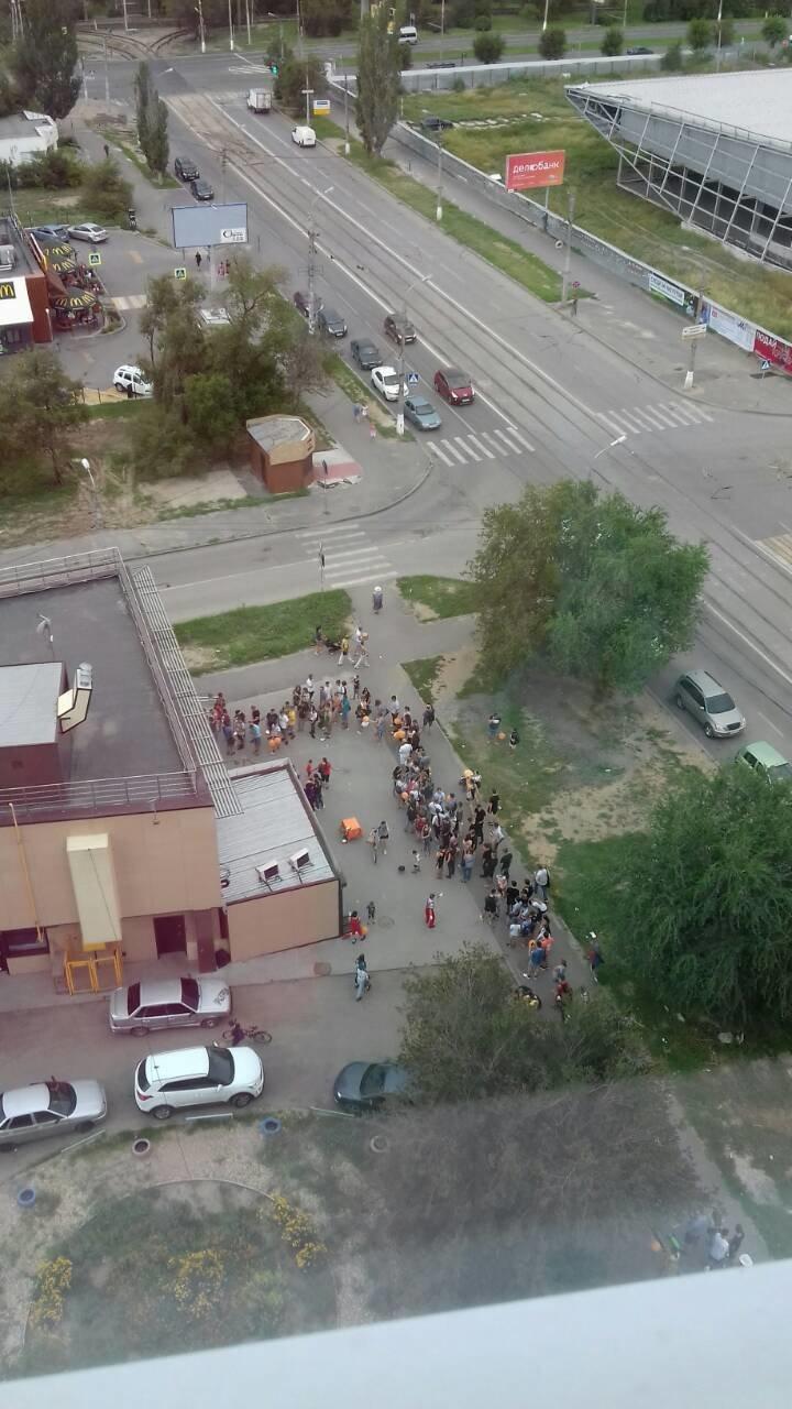Пицца за сто рублей: как волгоградцы часами стоят в очереди за дешевой едой ynews, волгоград, очередь, пицца, столпотворение, стыдно, халява