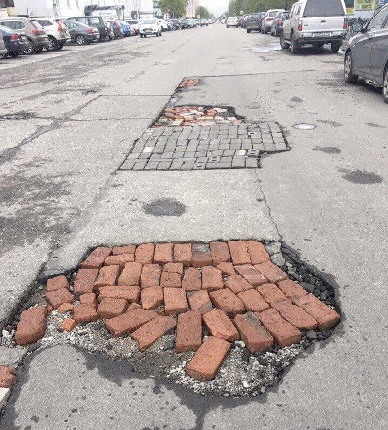 А потом срочно начинают заделывать дороги, прикол, российские дороги, юмор, ямы