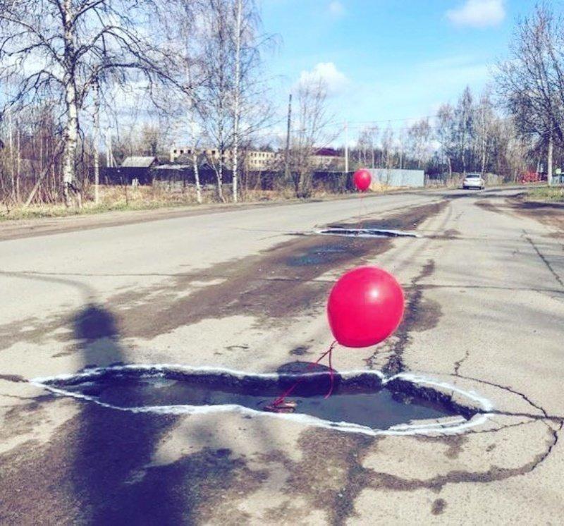 Ямы обводят, чтобы понять где есть проблемы дороги, прикол, российские дороги, юмор, ямы