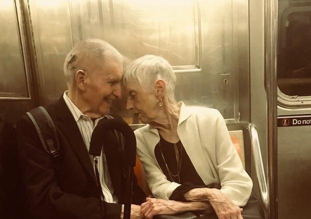 Парень сделал фото влюблённой пары в метро, и это история длиной в 65 лет Любовь, в мире, история, люди, метро, отношение, пара