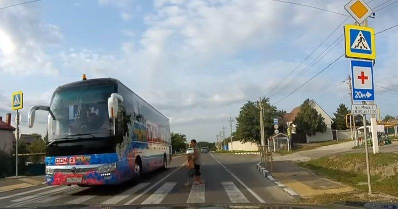 Под Новороссийском автобус «Дом 2» едва не сбил женщину с ребенком авария, авто, везение, дтп, пешеход, пешеходный переход, повезло