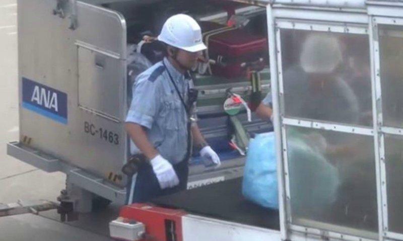 Вот как в японском аэропорту обращаются с багажом пассажиров аэропорт, в мире, видео, путешествия, самолеты, япония, японцы, японцы молодцы