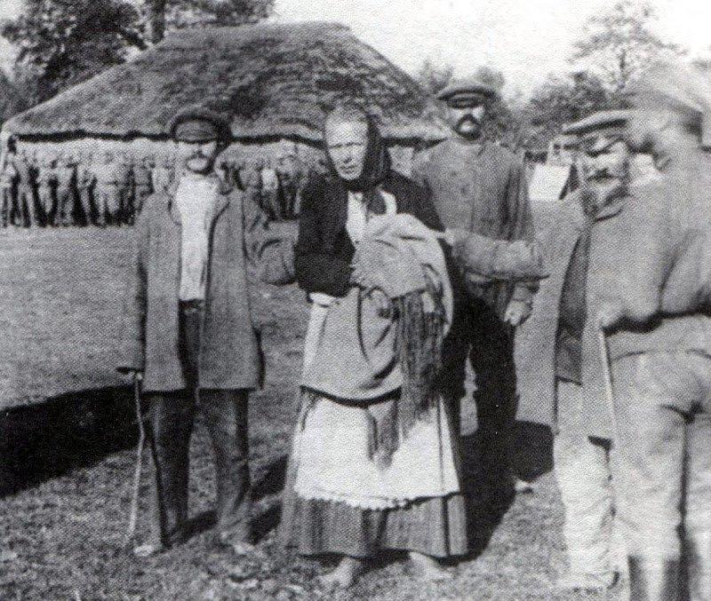 Крестьяне схватили переодетого в женщину немецкого шпиона. 1914 год исторические фотографии, история, редкие фотографии