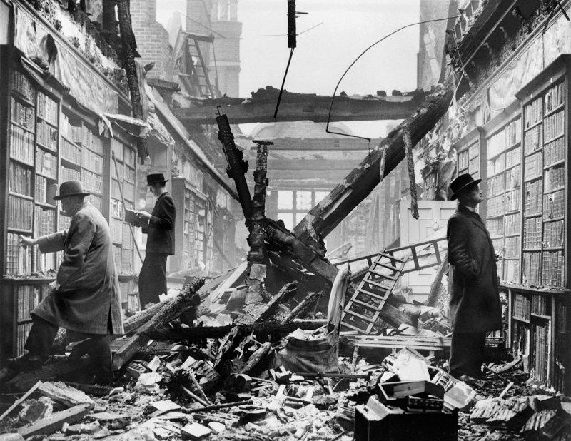 Посетители выбирают книги в библиотеке, пострадавшей из-за немецких бомбардировок. Лондон. 1940 год исторические фотографии, история, редкие фотографии