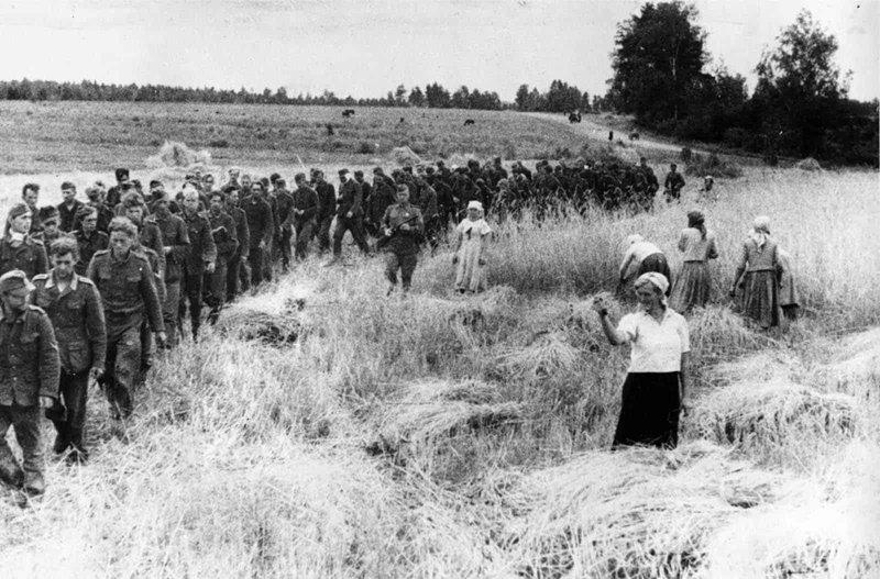 Советская женщина показывает кукиш немецким военнопленным. 1944 год исторические фотографии, история, редкие фотографии