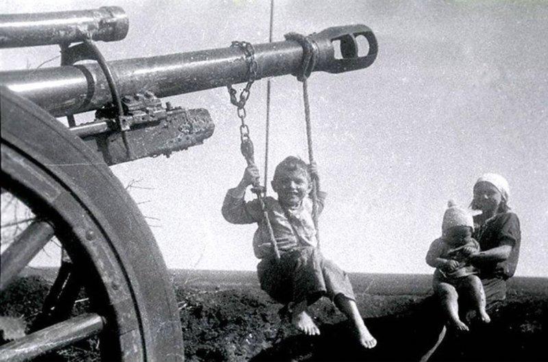 Качели на дуле брошенного орудия. 1944 год исторические фотографии, история, редкие фотографии