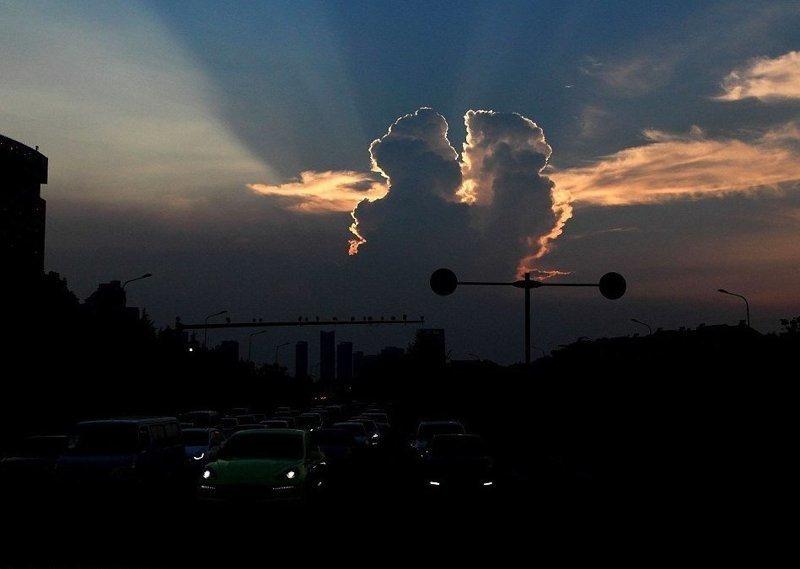 Целующиеся облака: местные жители сфотографировали романтическую сцену в свете закатного солнца Шаосин, китай, небо, облако, поцелуй, романтика, фотография, фотомир