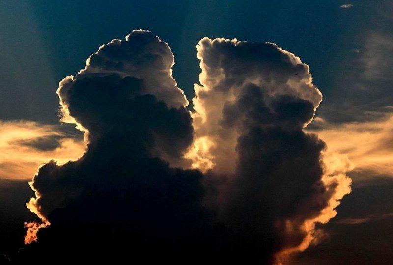 """Роман, написанный небом: 28 июля облака """"поцеловались"""" в небе над городом Шаосин в провинции Чжэцзян, Китай Шаосин, китай, небо, облако, поцелуй, романтика, фотография, фотомир"""