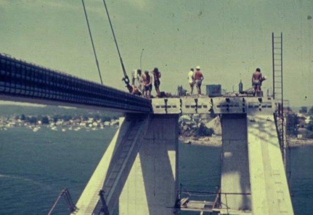 Строители предстают перед камерой без защитных касок и жилетов австралия, архив, кадр, мост, рабочий, строитель, строительство