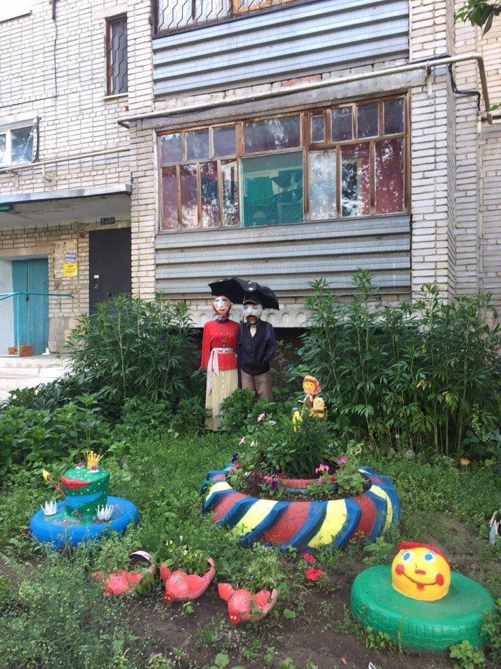 3. В Костанае (Казахстан) вот такая счастливая семейка поселилась под окнами ЖЭК, благоустройство, дворы, жэк арт