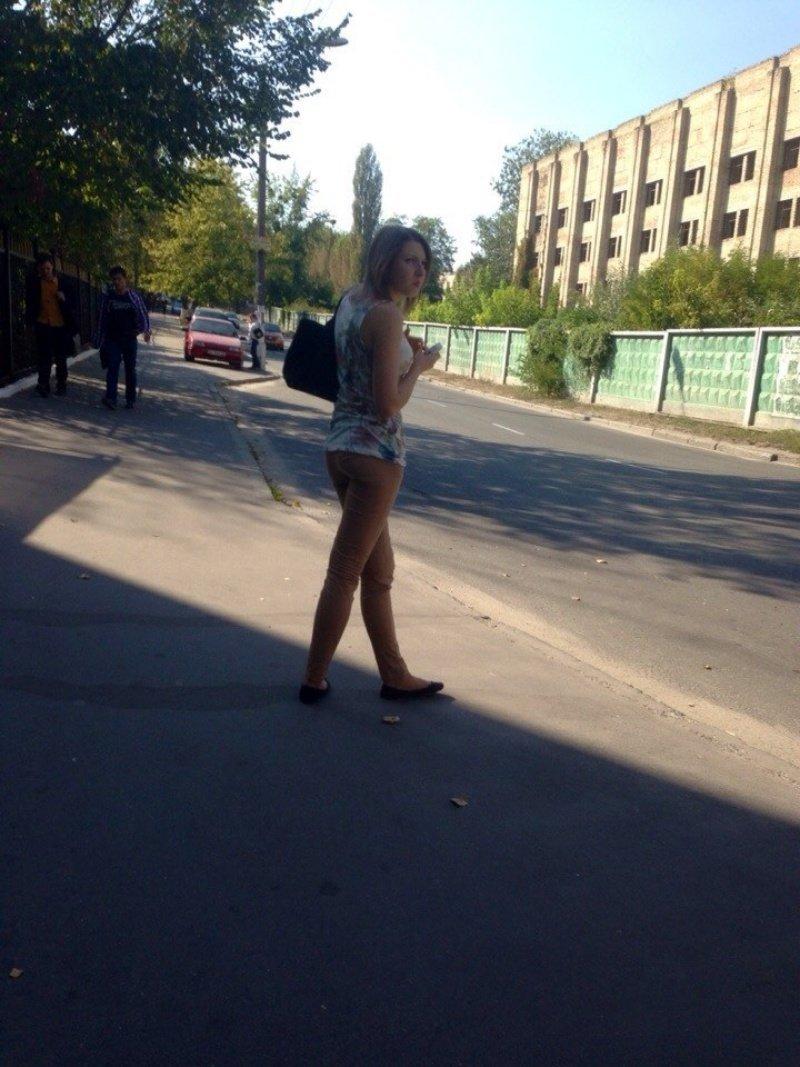 Если присмотреться, то у девушки на фото всё таки есть штаны взглянуть дважды, показалось, прикол, юмор
