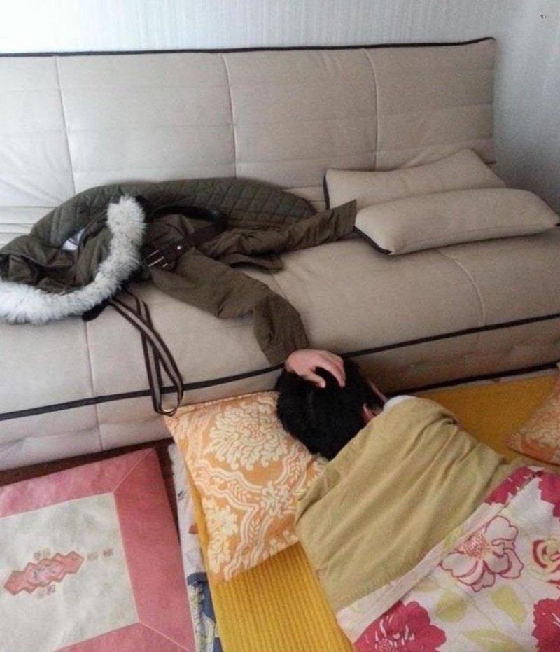 Кинул куртку на диван и лёг спать. Ничего необычного взглянуть дважды, показалось, прикол, юмор