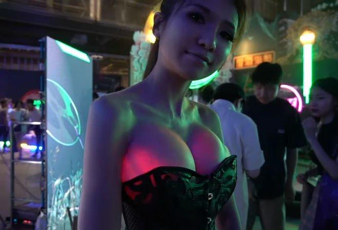 Киберпанк наступил: Девушка-инженер заставила свои импланты в груди светиться гаджеты, грудь, девушка, импланты, киберпанк, сделай сам