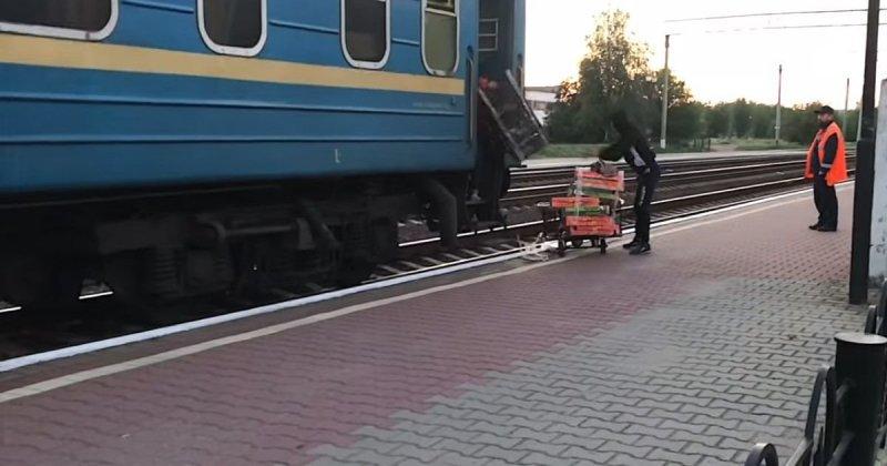 Всякому видео розыгрыш девушка без трусов в поезде русский