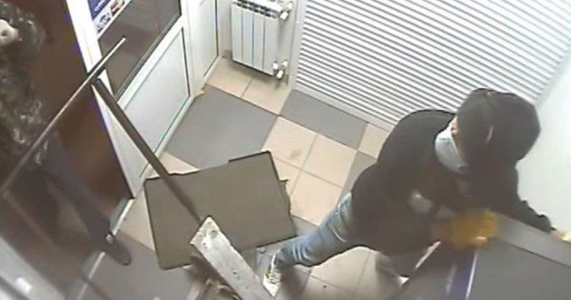 Трое волгоградских воришек попытались украсть банкомат, но опозорились банкомат, видео, вор, воровство, кража, неудача, прикол, юмор
