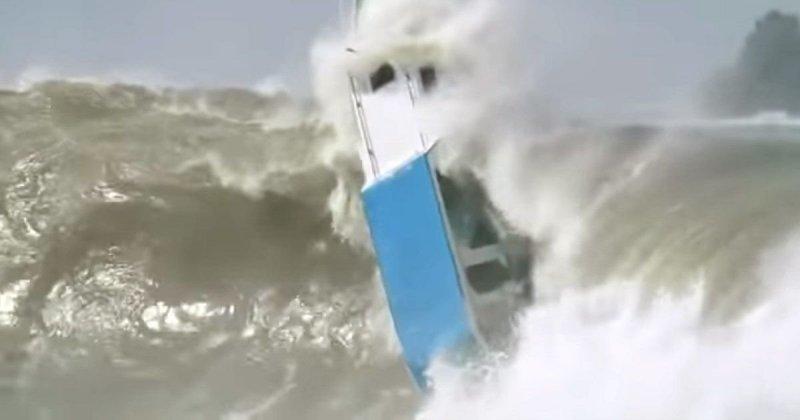 Противостояние крошечной лодки гигантским волнам видео, вода, волна, волны, лодка, прикол, стихия, шторм