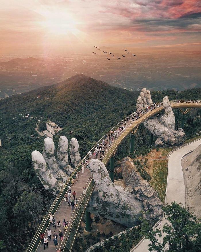 Сооружение возвели над холмами Ба На (Ba Na hills) за городом Дананг, на восточном побережье страны. С моста открываются завораживающие виды на леса и холмы Вьетнама. Вьетнам, в мире, красиво, мост, необычный дизайн, путешествия, строительство, туризм