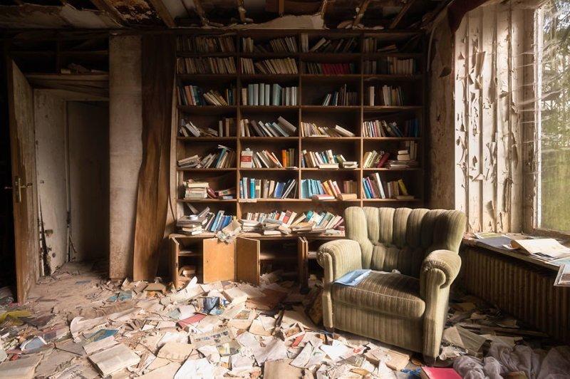 9. Библиотека в брошенном доме брошенные жилища, дворцы, заброшенные, заброшенные дома, заброшенные здания, старина старый дом, старые здания