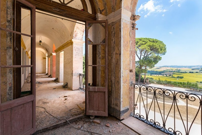 7. Вид с террасы заброшенной виллы на холмы Тосканы (Италия) брошенные жилища, дворцы, заброшенные, заброшенные дома, заброшенные здания, старина старый дом, старые здания