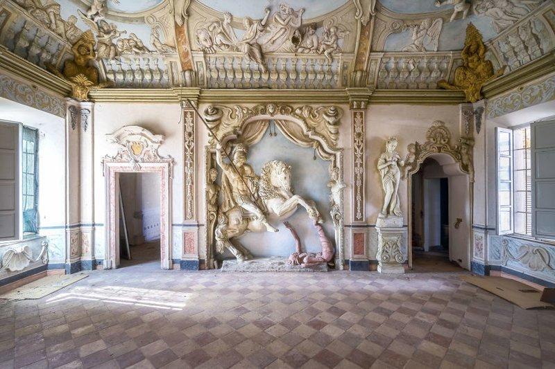 3. Конная статуя в заброшенном дворце. Надеемся, вся эта красота будет отреставрирована и не канет в Лету брошенные жилища, дворцы, заброшенные, заброшенные дома, заброшенные здания, старина старый дом, старые здания