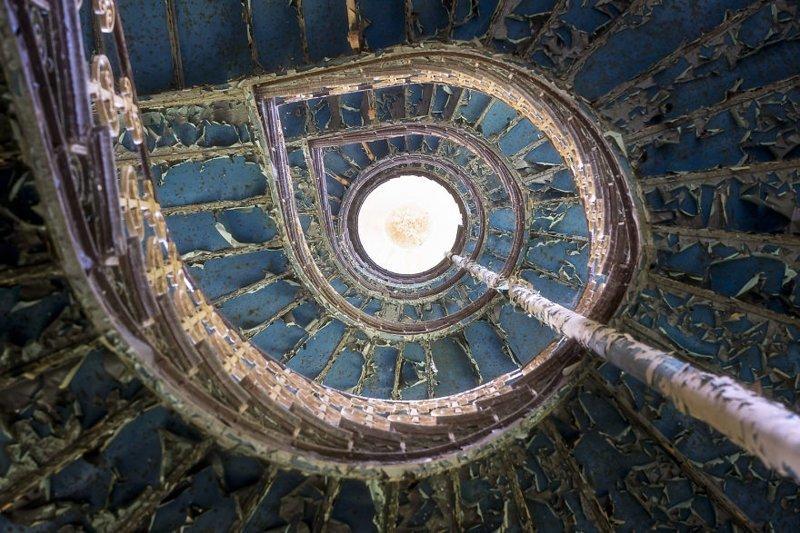 12. Голубая лестница в заброшенном дворце брошенные жилища, дворцы, заброшенные, заброшенные дома, заброшенные здания, старина старый дом, старые здания